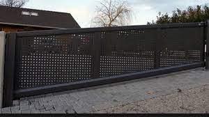 Intaller un portail sur un terrain en pente : comment faire ?